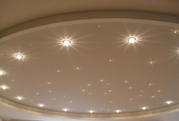 При устройстве натяжных потолочных систем мы чаще всего используется для освещения именно точечные светильники.